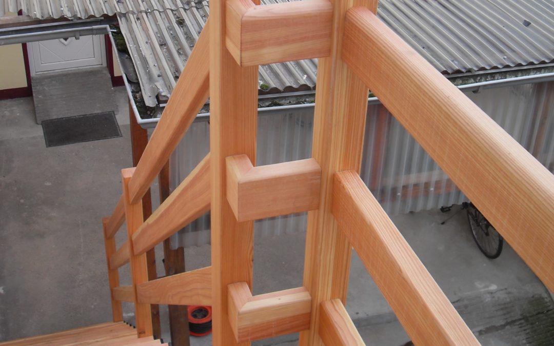 Stahlunterkonstruktion und massiv Lärche, geölt